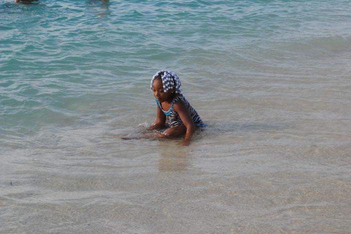 menina jamaicana brincando na praia de Montego Bay (Jamaica)